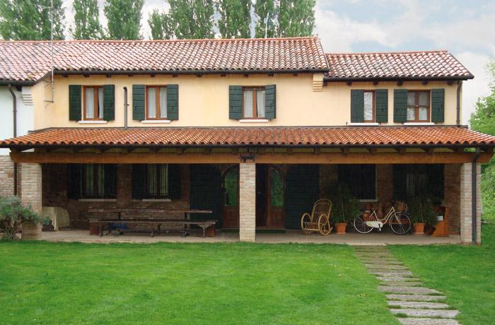 Tettoie in legno venezia lino quaresimin maerne di for Ville con portico in legno